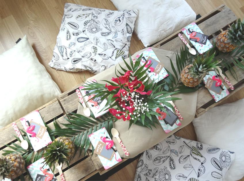 Mit Mini-Ananas und grünen Tropenblättern habt ihr im Nu einen richtig exotischen Look für euren Esstisch! © Steffi's Hochzeitsblog