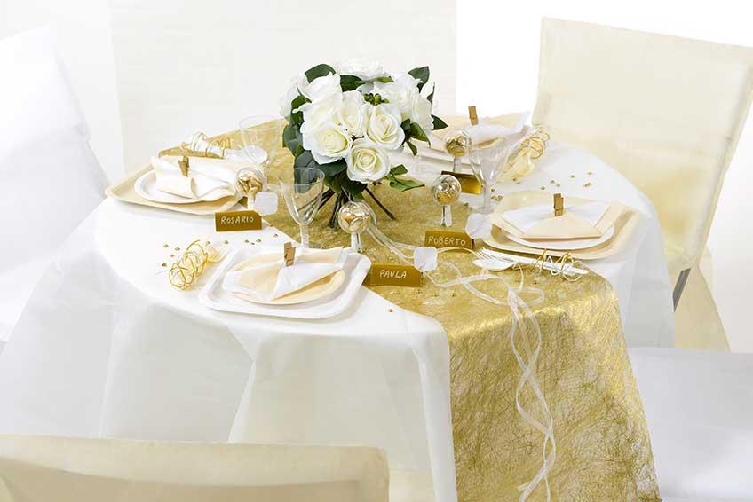 In Gold und Weiß ist der Tisch zur Goldenen Hochzeit wunderschön dekoriert