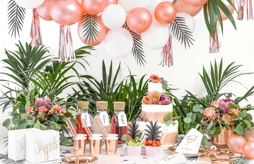 Tropische Hochzeitsdeko lässt sich super stilvoll mit Metallic Rosegold kombinieren