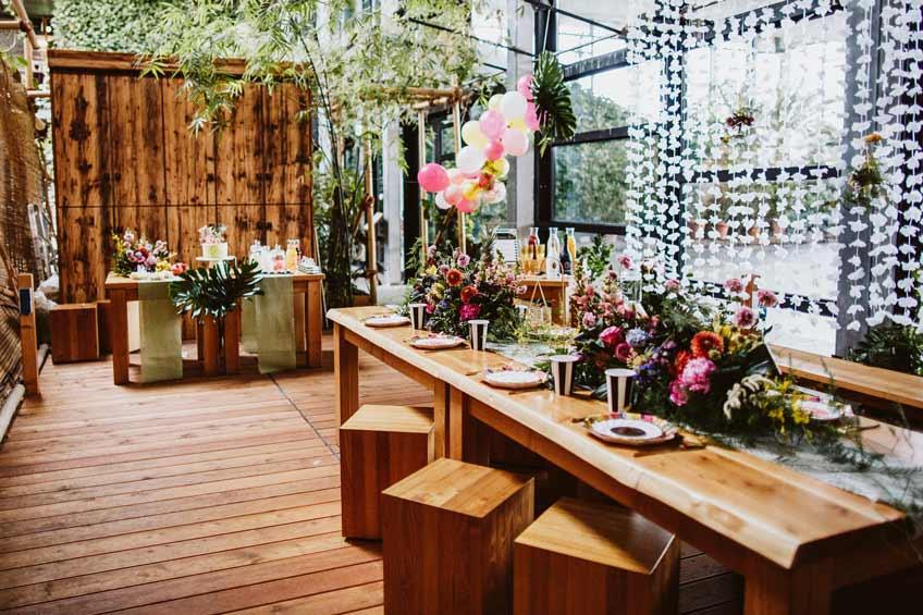 Tisch- und Raumdekoration für deine tropische Brautparty
