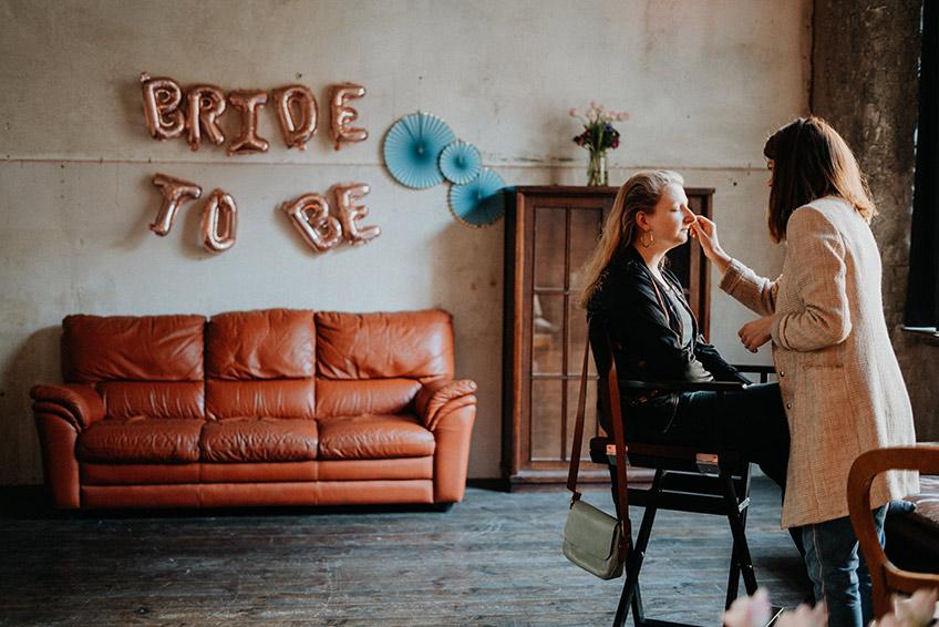 Auch das Schönmachen kann Teil der Brautparty sein (c) Christine Ladehoff Fotografie