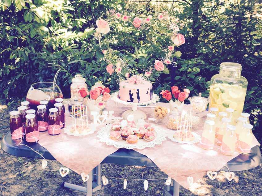 Rosen, Herzen und Spitzendecken für eine romantische Candy Bar auf der Verlobungsfeier © evi_melcher93
