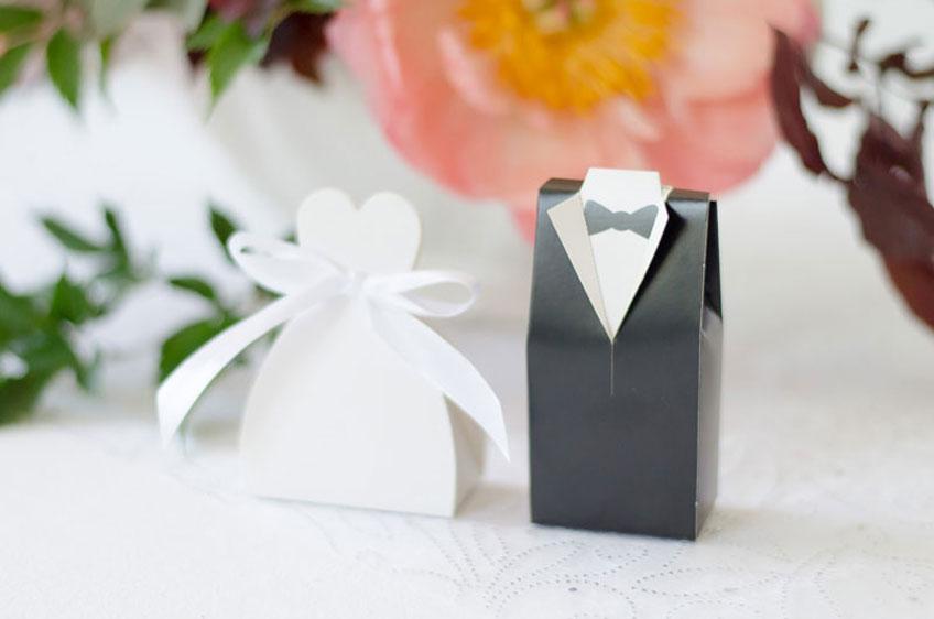 Die fantasievolle Gastgeschenk-Verpackung mit Braut und Bräutigam macht schon das halbe Geschenk aus!