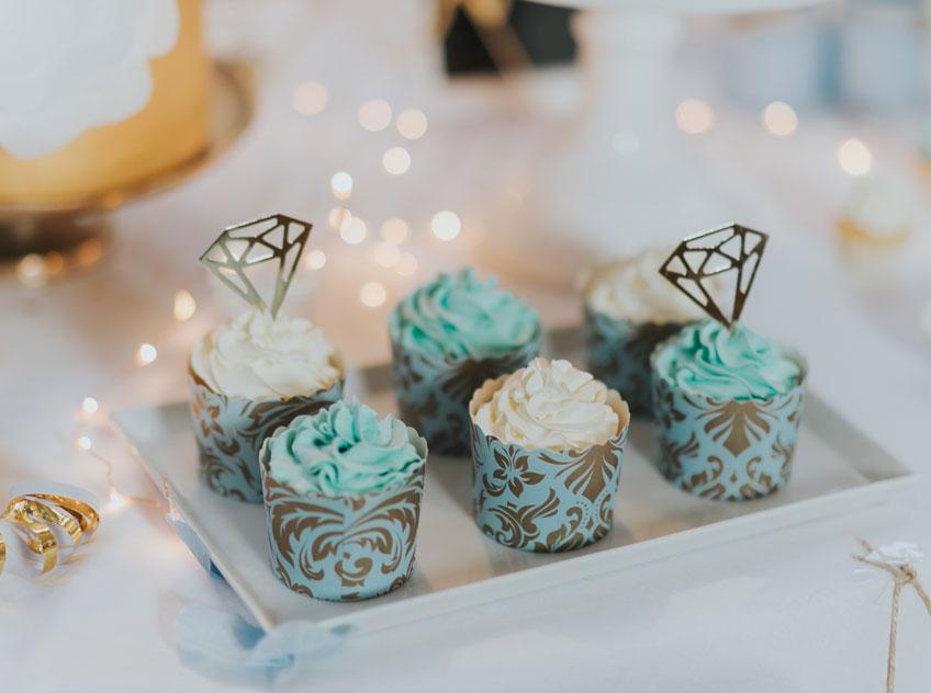 Goldene Diamanten verleihen den winterlichen Hochzeits-Cupcakes eine extra Portion Glam (c) Svetlana Kohlmeier Fotografie