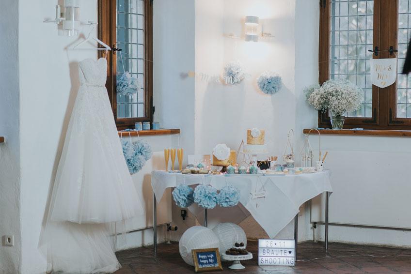 Winterhochzeit-Eleganz mit Deko in Weiß und Blau - goldene Details bringen Wärme ins Bild (c) Svetlana Kohlmeier Fotografie
