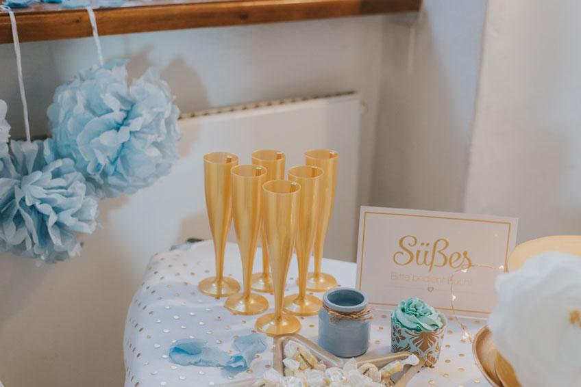 Goldene Stielgläser passen zum Wintermotto und zur Hochzeitsromantik! (c) Svetlana Kohlmeier Fotografie