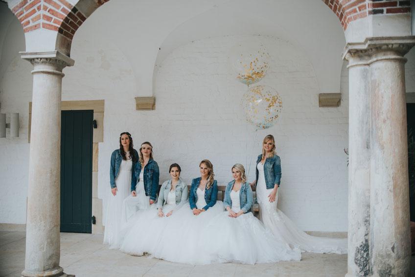 Jeansjacke und Brautkleid - unkonventioneller Stil, abgerundet von goldenen Riesen-Konfettiballons (c) Svetlana Kohlmeier Fotografie