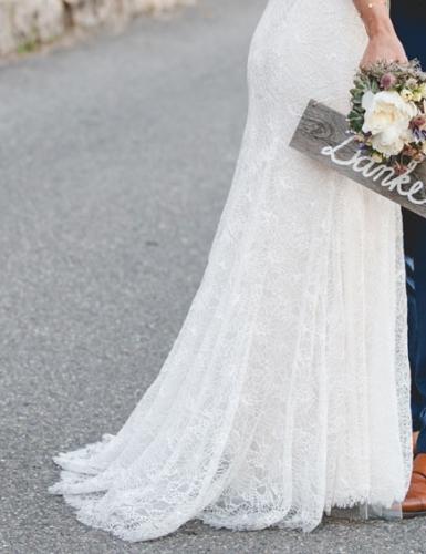 Mit einem Holzschild wird euer Motiv für die Danksagungen nach der Hochzeit zum Hingucker.
