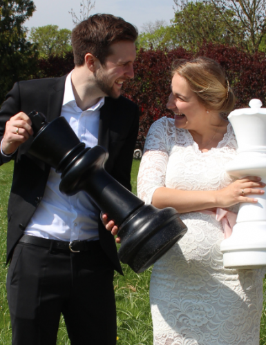 Gib dem Brautpaar was in die Hand - schon wird das Hochzeitsfoto lässiger