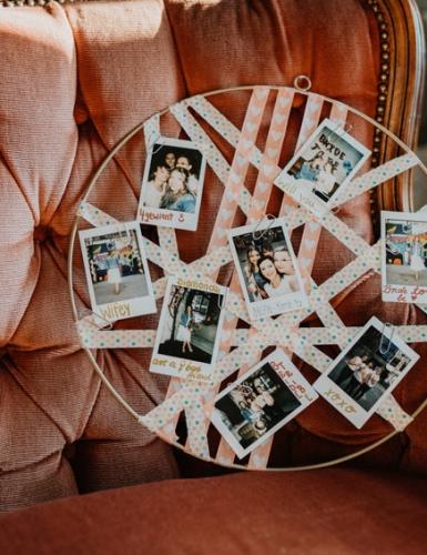 Mach der Bald-Braut mit einem DIY-Picture-Hoop ein schönes und persönliches Geschenk  (c) Christine Ladehoff Fotografie