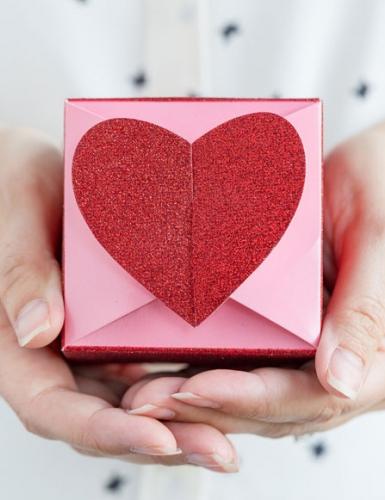 Schöne Herz-Geschenkbox zum Valentinstag - schenk mit Liebe!