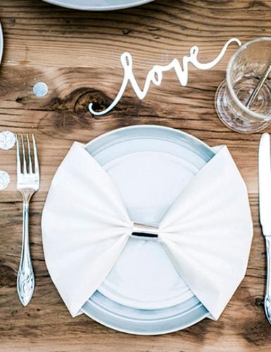 Hochzeitstag oder romantischer Abend zu Zweit - verliebt zu Hause mit schöner Tischdeko