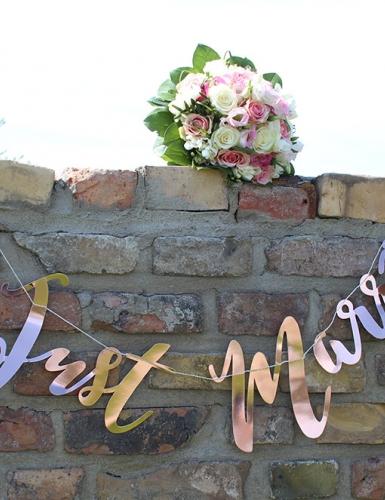Girlanden und kleine Deko-Details sind auch bei der standesamtlichen Hochzeit schön