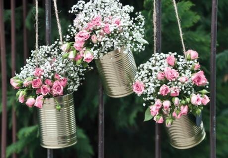 Blechdosen und kleine Eimer halten die Blumendeko im Sommer länger frisch