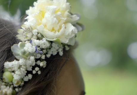 Für alle Boho-Bräute ein absolutes Muss - zauberhafte Blumenkränze schmücken jede Brautfrisur