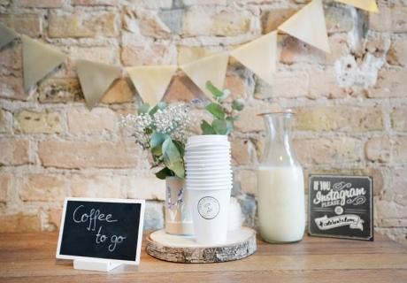 Nicht nur für Langschläfer ein Muss auf der Hochzeit - als to go Lösung kommt der Kaffee besonders kreativ unter die Gäste