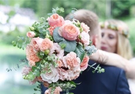 Wie der Brautstrauß so auch die Hochzeitsdeko: in zartem Rosa und Pastell