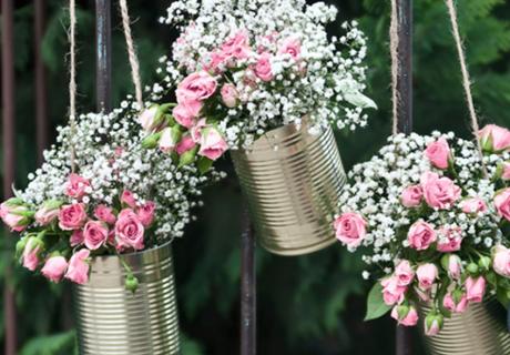 In Dosen halten eure Blumen länger frisch und sind perfekt in Szene gesetzt