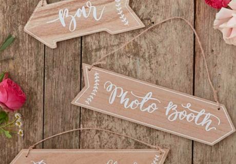 Mit den Schildern aus Holz finden alle Gäste den Weg