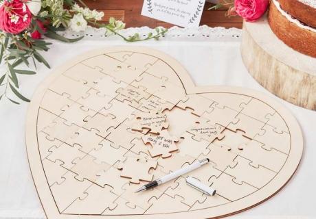 Ein Holzpuzzle zur Hochzeit ist eine einfallsreiche Alternative zum klassischen Gästebuch