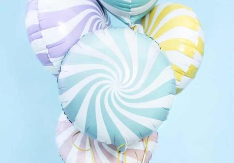Pastellfarben und alles was an Süßes erinnert, dekoriert deine Retro Hochzeit perfekt passend