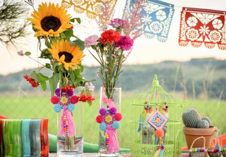 Ornamentvolle Wimpelgirlande und bunte Makramees für die Boho Hochzeit mit Mexiko Elementen
