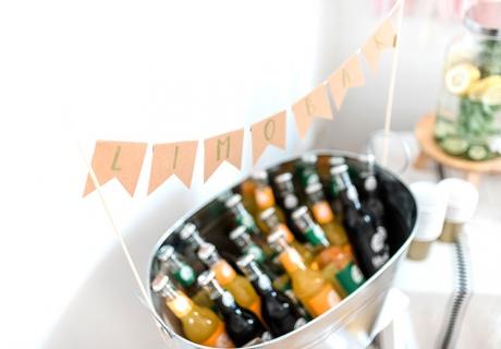 Bringt ebenfalls Farbe und Erfrischung auf die Bridal Shower - eine bunte Limobar (c) Carina Plößl Fotografie