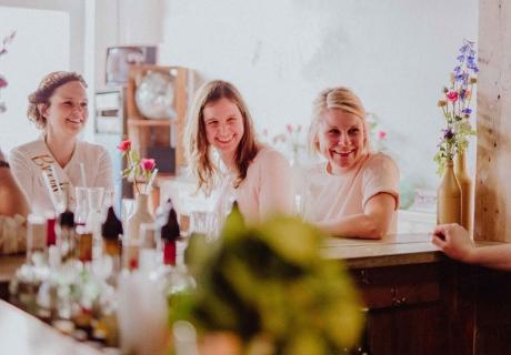 Praktisch & Chic: Die Schärpe in Gold und Weiß passt zu jedem Outfit und kann überall getragen werden - auch zum Cocktail-Workshop mit den besten Freundinnen © Julia Löhning Fotografie