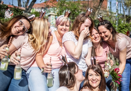 So schön kann ein Tag mit den besten Freundinnen sein. Mehr Bilder findet ihr in unserer Inspo-Strecke zum Thema Brautparty-Shooting © momentpur. fotografie und design
