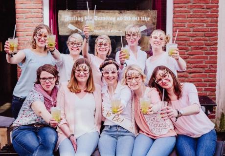 Ein Cocktailabend unter besten Freundinnen: So wird die Bald-Braut gebührend gefeiert! © Julia Löhning Fotografie
