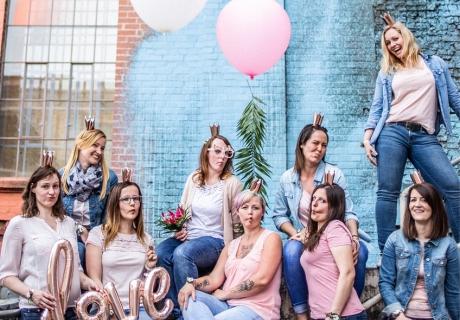 Mit Accessoires wie den Love-Folienballon, Krönchen in Roségold und riesigen Heliumballons habt ihr im Handumdrehen das perfekte Deko-Kit für ein tolles Shooting-Bild zusammen. © momentpur. fotografie und design