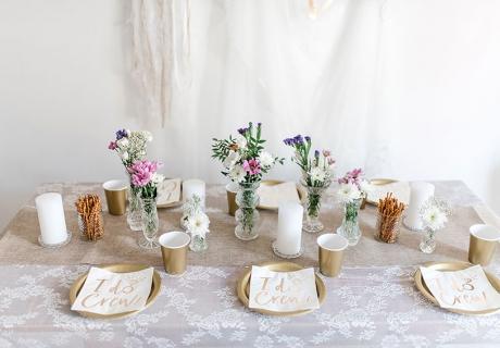 Gold, Weiß und dann bunte Blumen - das sieht fabelhaft aus! (c) Carina Plößl Fotografie