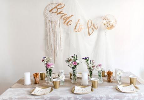 Tolles Farbkonzept - Brautparty-Farbklassiker Gold und Weiß, aufgepeppt durch bunte Blumen und elegante Elemente (c) Carina Plößl Fotografie