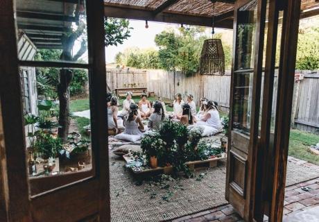 Ein Bridal Blessing Circle kann eine besondere Art von Brautparty darstellen (c) Avalon Lane feat. on sistersandthesea.com