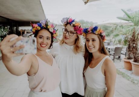 Selfie der Braut mit ihren Mädels mit DIY Blumenkränzen.
