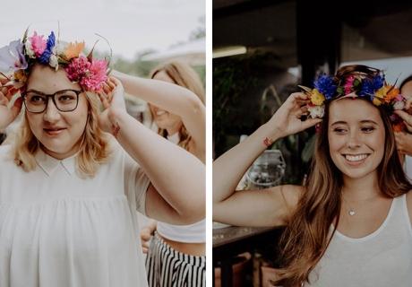 Brautjungfern mit fertigen DIY Blumenkränzen bei der Brautparty 2018.
