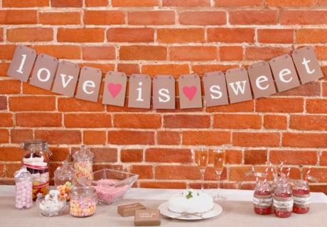 Dekorier deine Candy Bar - zum Beispiel getreu dem Motto der Hochzeit