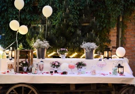 Die Candy Bar sollte für alle Hochzeitsgäste gut erreichbar sein