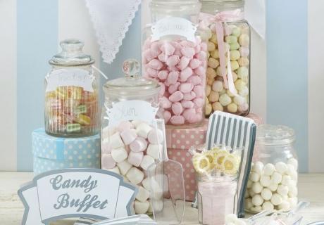 Die Hochzeits-Candy-Bar hält kleine Naschereien in schönen Gefäßen bereit