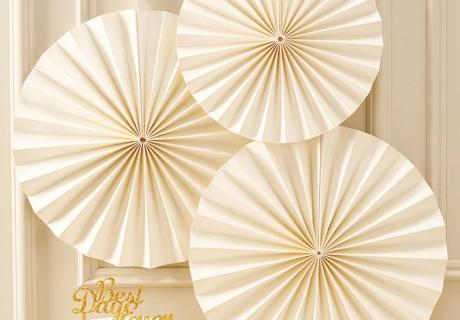 Cremefarbene Papierfächer ergeben eine tolle und edle Ergänzung zum goldenen Dekor am 50. Hochzeitstag