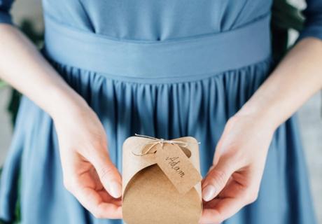 Gastgeschenke, schön verpackt, sind ein wichtiger Blickfang auf dem Hochzeitstisch
