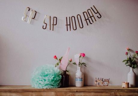 Diese und viele weitere Schriftzug-Girlanden für Brautpartys, den Polterabend und die Hochzeit findet ihr in unserem Shop © Julia Löhning Fotografie