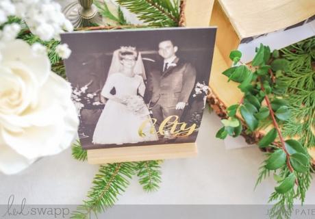 Das alte Hochzeitsfoto lässt sich in der Mini-Staffelei zum 50. Hochzeitstag perfekt in Szene setzen (c) Heidi Swapp