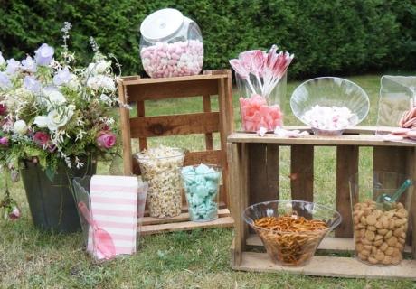 Richte die Snacks auf der Candy Bar zur Hochzeit schön an