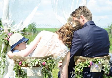 Heiraten mit Kind - die ganze Familie genießt gemeinsam die freie Trauung