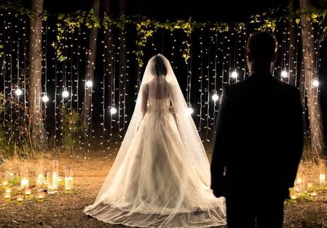 Lichtspots und Lichterketten sorgen zur Moody Hochzeit schnell für eine traumhaft romantische Stimmung