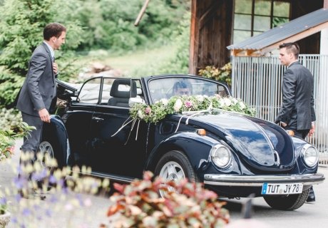 Ein dunkelblaues Käfer Cabrio als Hochzeitsauto - passend zur Vintage-Hochzeit und zum Jackett des Bräutigams!