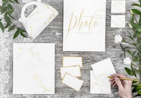 Hochwertiges Papier findet sich auf der Fine Art Hochzeit überall: Gästebuch, Platzkarten & Co.