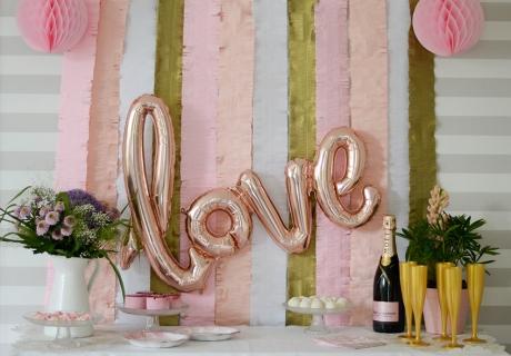 Wanddeko & Love-Folienballon verschönern den Hochzeitstags-Brunch sichtbar