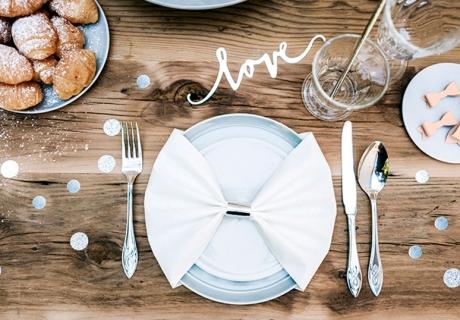Hochzeitstag zu Zweit - romantisch zu Hause mit schöner Tischdeko